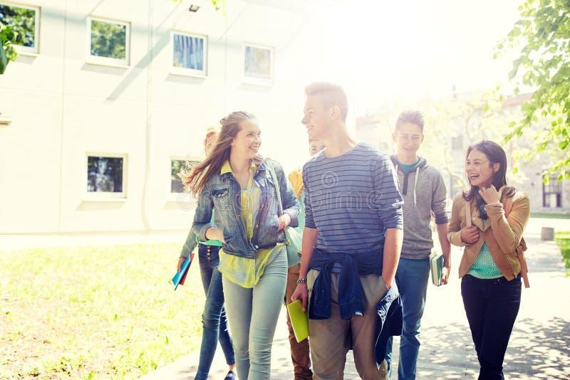 Groep gelukkige tienerstudenten die in openlucht lopen royalty-vrije stock afbeelding