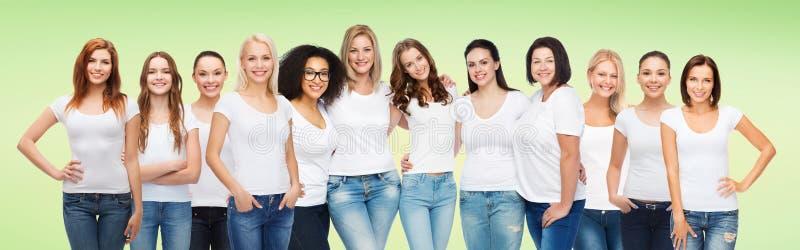 Groep gelukkige verschillende vrouwen in witte t-shirts stock fotografie