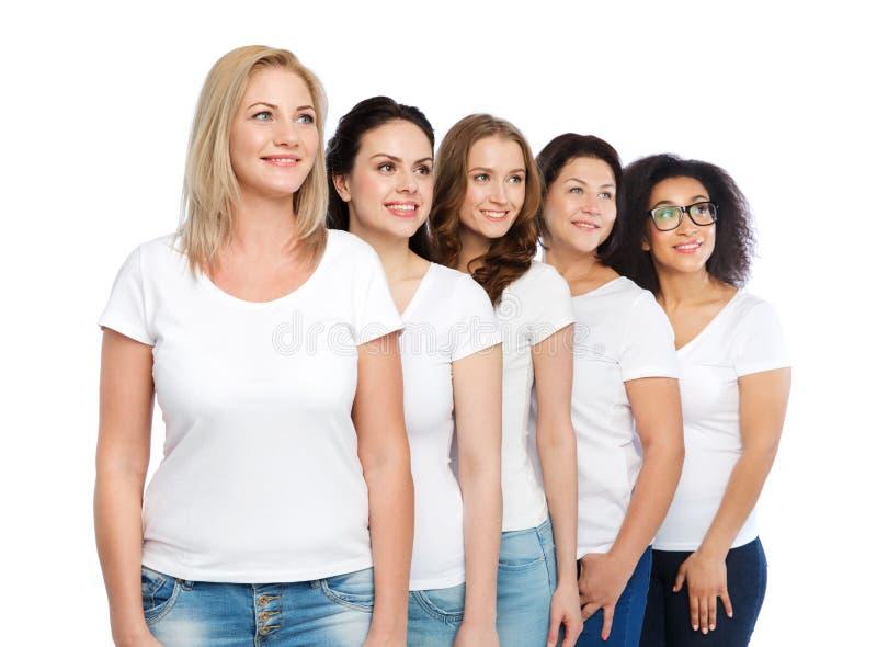 Groep gelukkige verschillende vrouwen in witte t-shirts royalty-vrije stock foto's