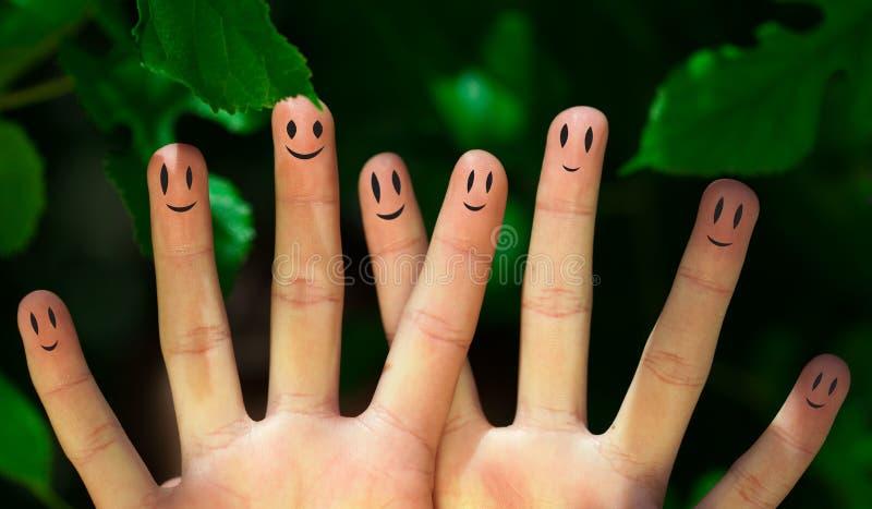 Groep gelukkige vinger smileys in aard royalty-vrije stock foto's