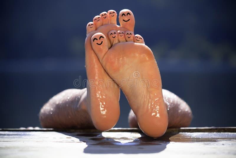 Groep gelukkige vinger smileys op strand 3 royalty-vrije stock foto's