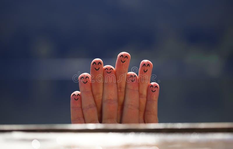 Groep gelukkige vinger smileys op strand 4 stock foto