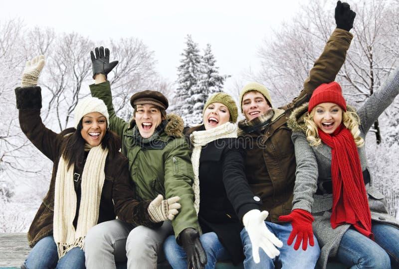 Groep gelukkige vrienden buiten in de winter royalty-vrije stock afbeelding