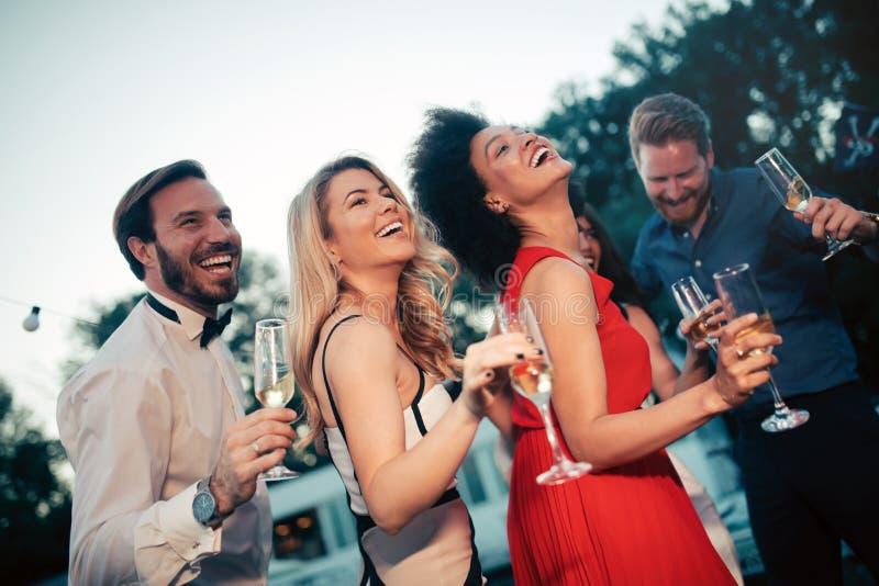 Groep gelukkige vrienden die champagne drinken en Nieuwjaar vieren stock afbeeldingen