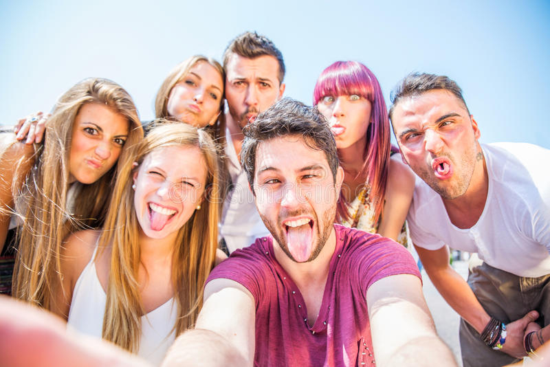Groep gelukkige vrienden die pret hebben stock fotografie