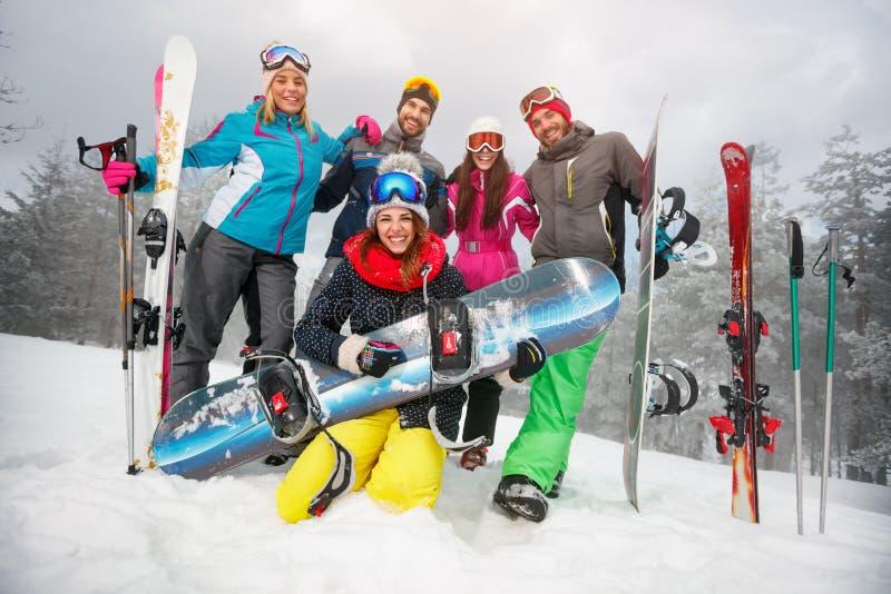 Groep gelukkige vrienden die pret hebben Snowbarders en skiërsgroep stock afbeelding