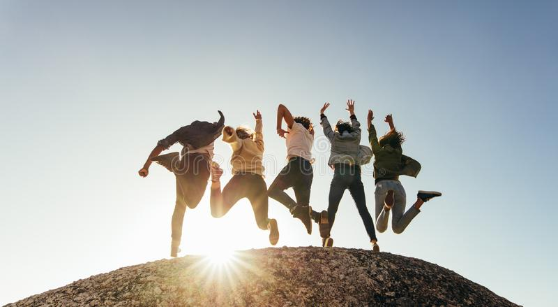 Groep gelukkige vrienden die pret op bergbovenkant hebben royalty-vrije stock afbeeldingen