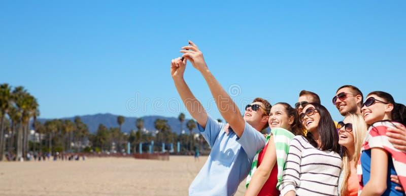 Groep gelukkige vrienden die selfie door celtelefoon nemen stock fotografie