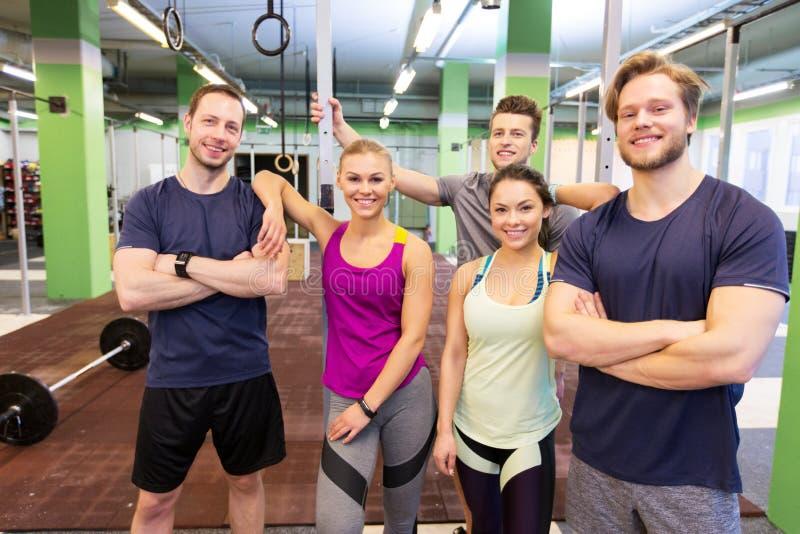 Groep gelukkige vrienden in gymnastiek royalty-vrije stock foto's