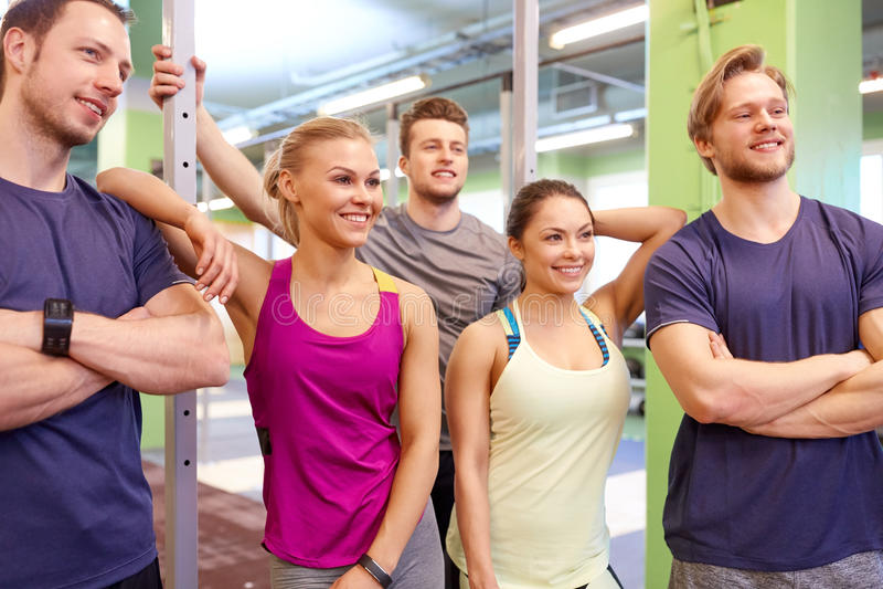 Groep gelukkige vrienden in gymnastiek stock fotografie