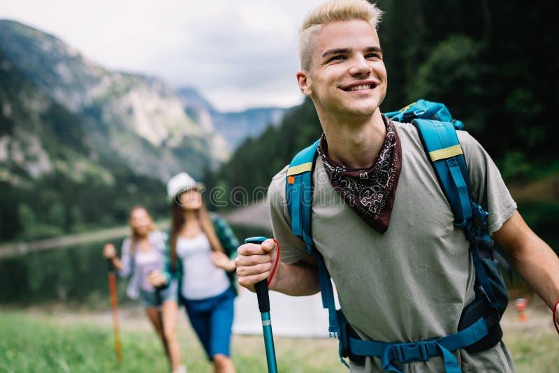 Groep gelukkige vrienden met rugzakken die samen wandelen royalty-vrije stock foto