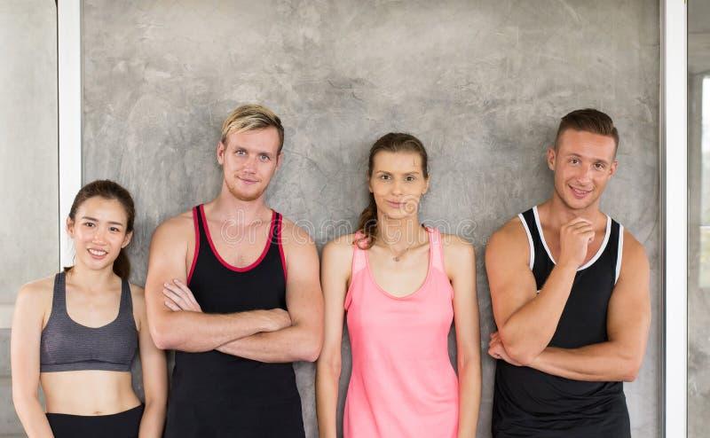 Groep gemotiveerde diversiteitsmensen, het Sportieve jonge vriendschappelijke team aantrekkelijke samen glimlachen, opgewekt Posi royalty-vrije stock foto's