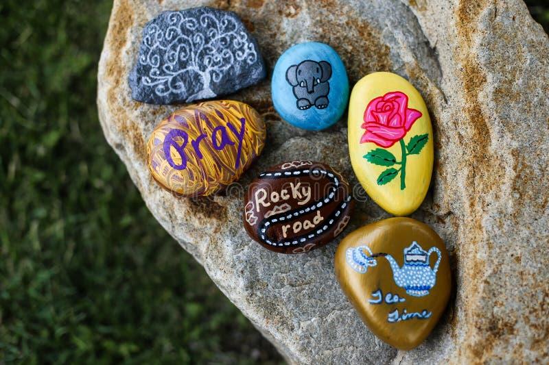Groep geschilderde rotsen op een kleine kei stock afbeelding