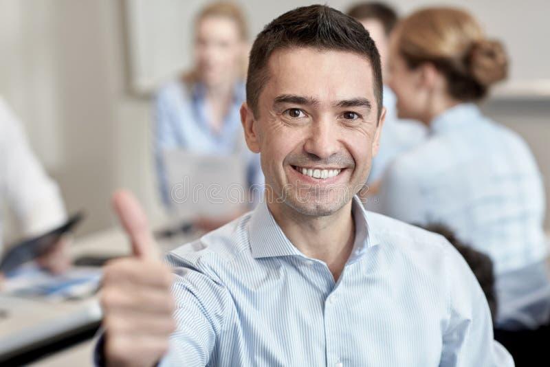 Groep glimlachend zakenlui die in bureau samenkomen royalty-vrije stock fotografie
