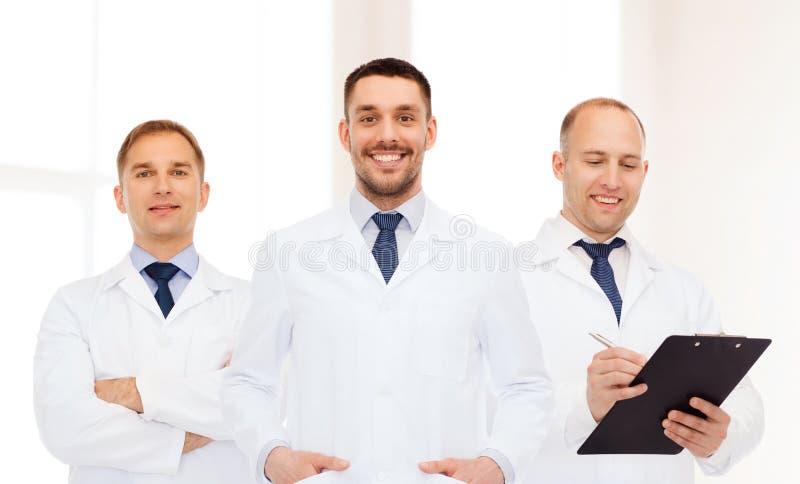 Groep glimlachende mannelijke artsen in witte lagen royalty-vrije stock fotografie