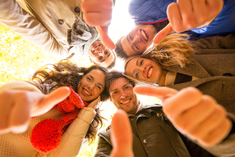 Groep glimlachende mannen en vrouwen in de herfstpark royalty-vrije stock foto's
