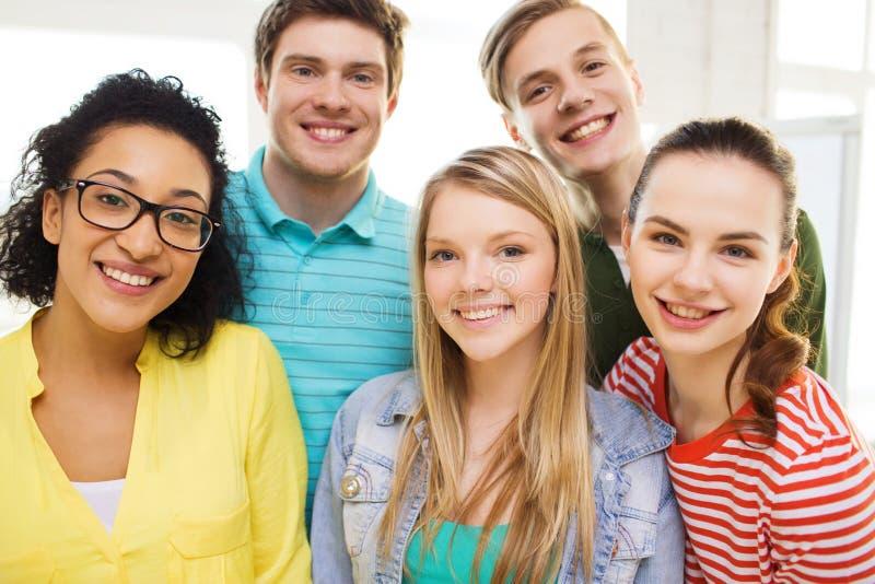Groep glimlachende mensen bij school of huis royalty-vrije stock afbeeldingen