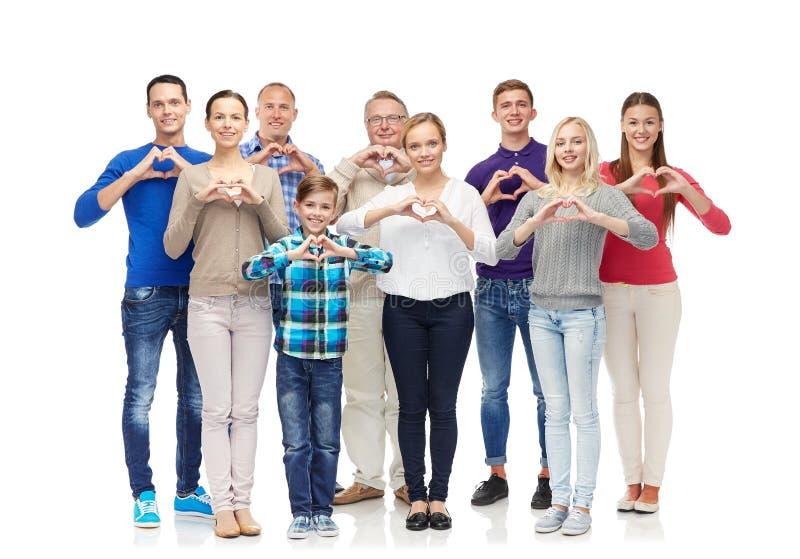 Groep glimlachende mensen die het teken van de harthand tonen royalty-vrije stock foto
