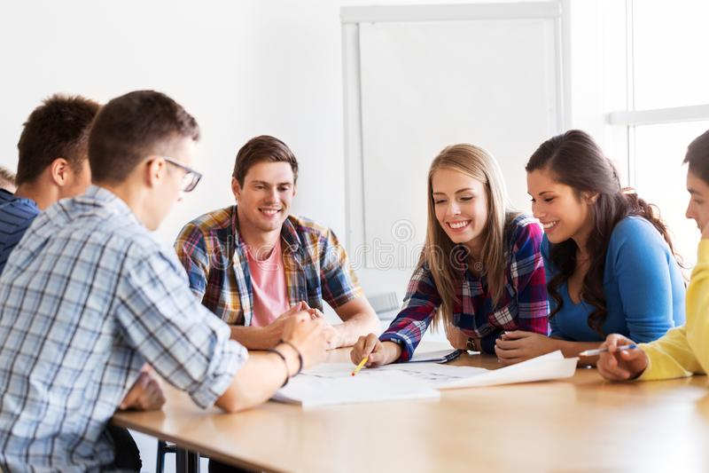 Groep glimlachende studenten die op school samenkomen royalty-vrije stock foto