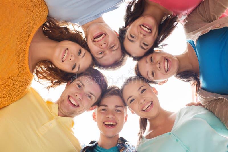 Groep glimlachende tieners royalty-vrije stock afbeelding