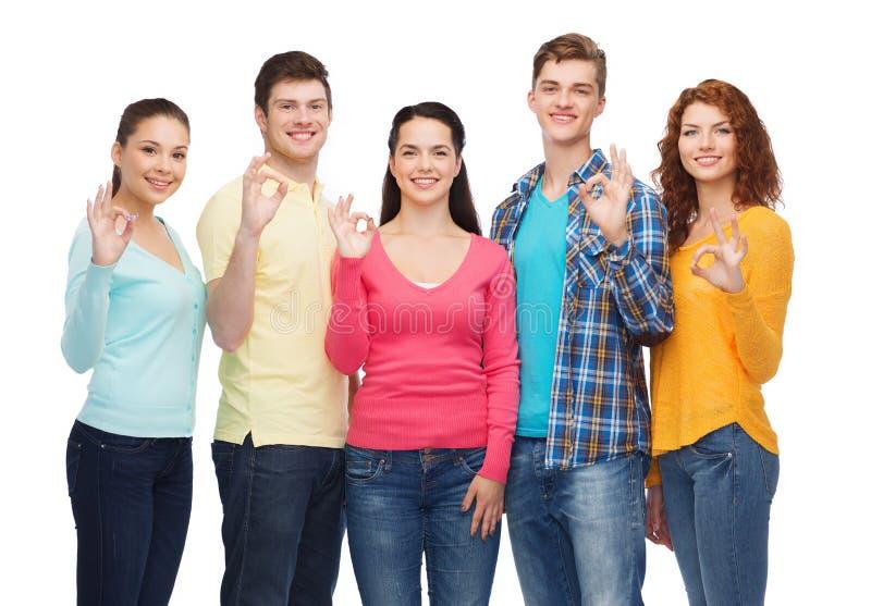 Groep glimlachende tieners die o.k. teken tonen stock foto