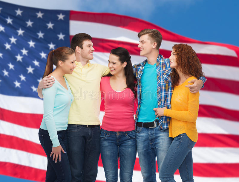 Groep glimlachende tieners over Amerikaanse vlag royalty-vrije stock foto