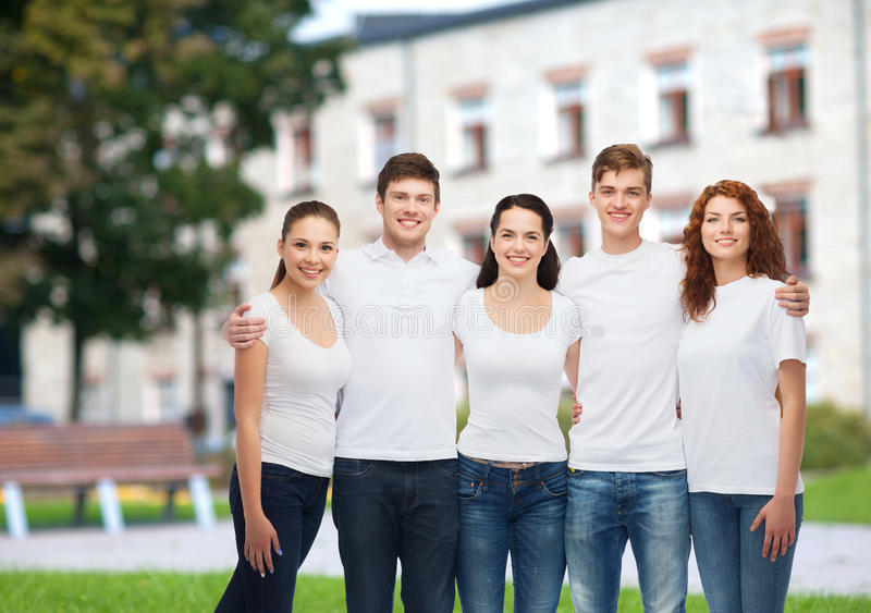 Groep glimlachende tieners in witte lege t-shirts stock afbeeldingen