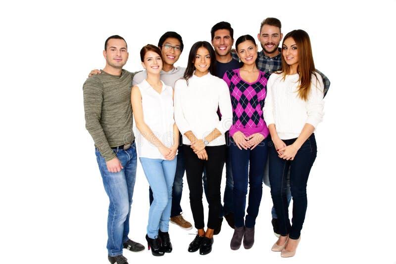 Groep glimlachende vrienden die zich verenigen stock foto's