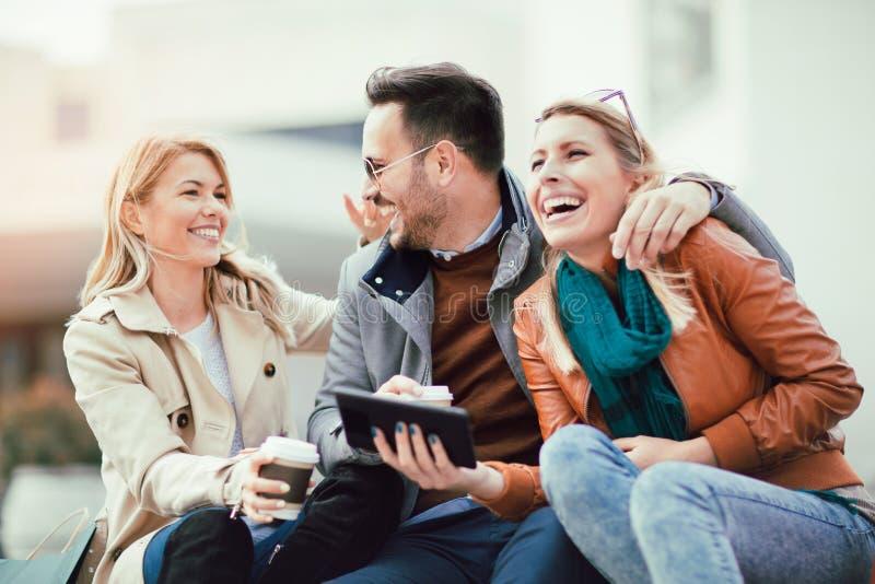 Groep glimlachende vrienden met digitale tablet royalty-vrije stock foto