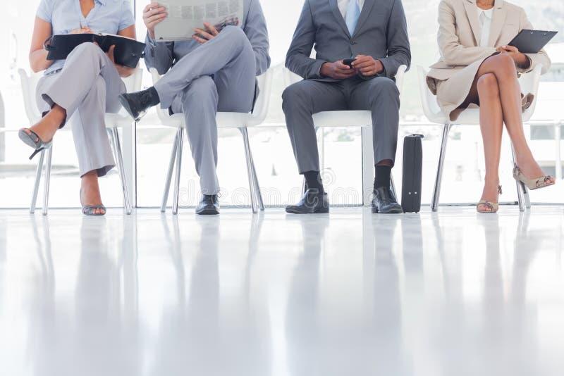 Groep goed het geklede bedrijfsmensen wachten royalty-vrije stock afbeeldingen