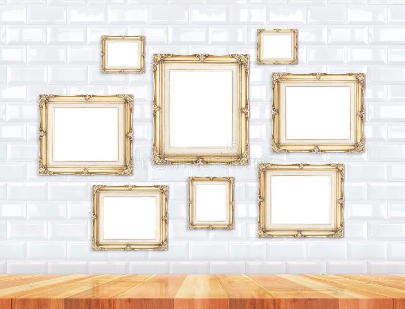 Groep gouden Victoriaanse stijl uitstekende kaders op witte tegel wal royalty-vrije stock foto's