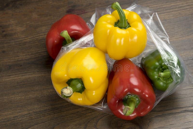 groep groene paprika's in plastic zak royalty-vrije stock fotografie