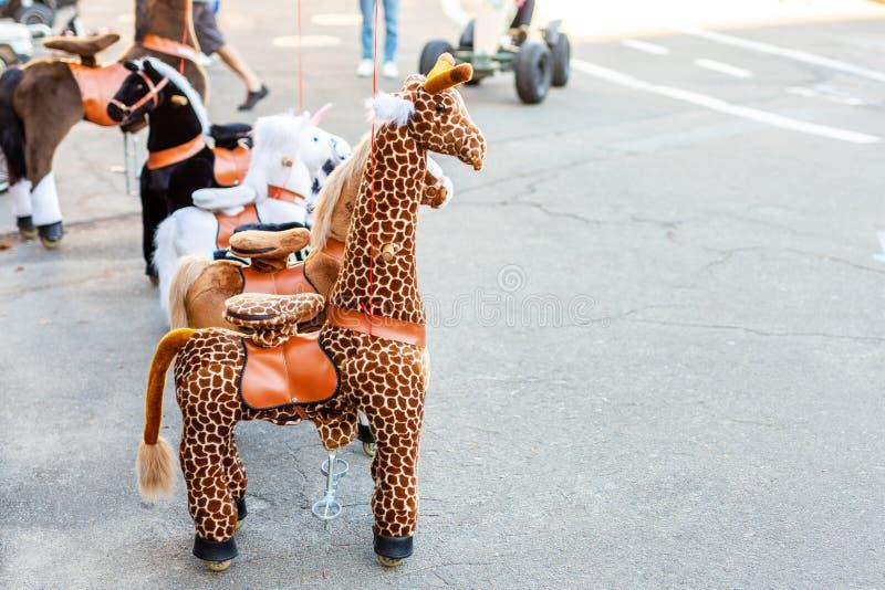 Groep groot dierlijk speelgoed op wielen voor het berijden De dienst van de het vervoerhuur van de kinderenpret Recreatiegebied i stock afbeeldingen