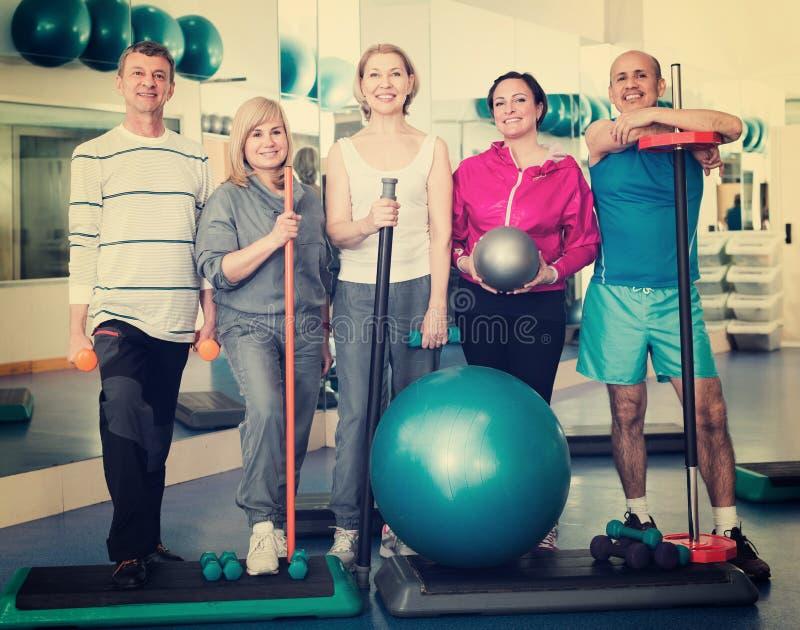 Groep in gymnastiek met sportmateriaal royalty-vrije stock foto
