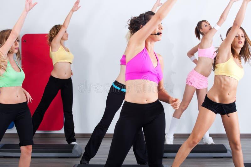 Groep gymnastiekmensen in een aerobicsklasse royalty-vrije stock fotografie