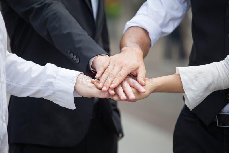 Groep handen samen van jonge bedrijfsmensen Stapel van het Succesgroepswerk van coördinatiehanden stock foto