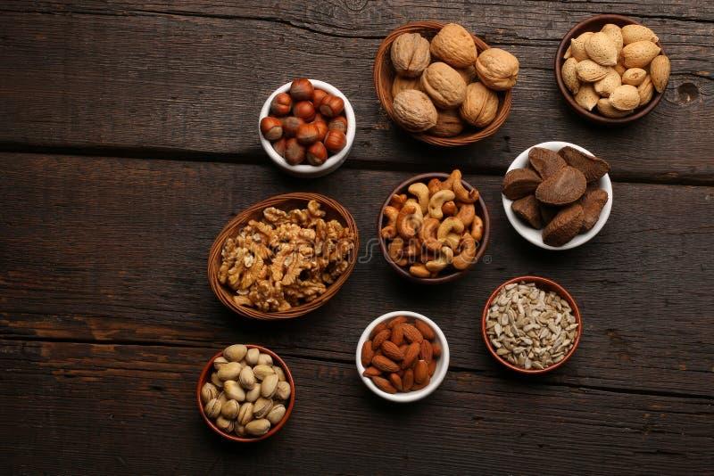 Groep heerlijke droge vruchten over een houten achtergrond stock afbeelding