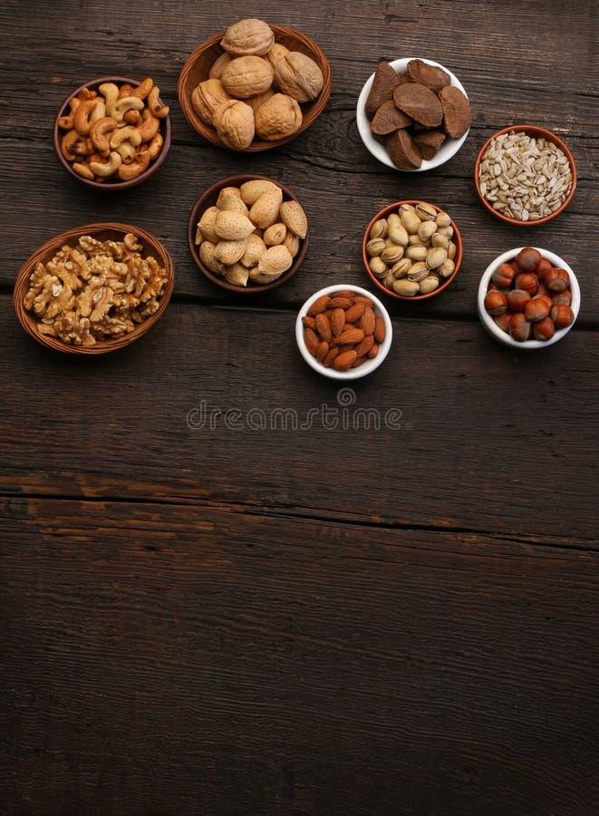 Groep heerlijke droge vruchten over een houten achtergrond stock foto's
