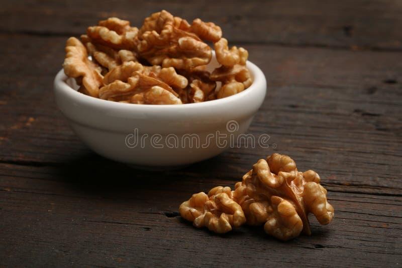 Groep heerlijke noten in een kom royalty-vrije stock foto's