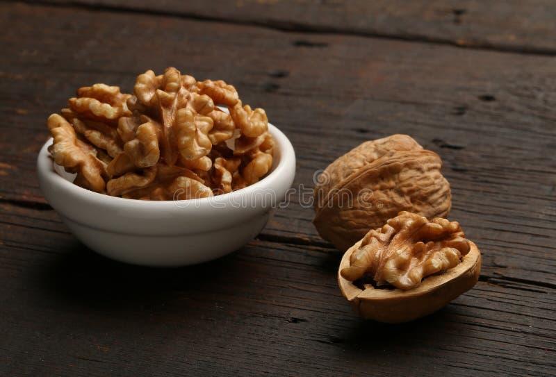 Groep heerlijke noten in een kom royalty-vrije stock foto