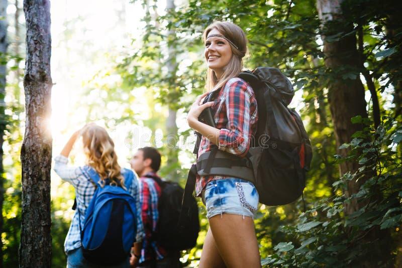 Groep het backpacking van wandelaars die voor bostrekking gaan stock afbeeldingen
