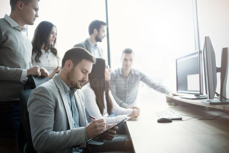 Groep het bedrijfsmensen en van softwareontwikkelaars werken royalty-vrije stock foto's