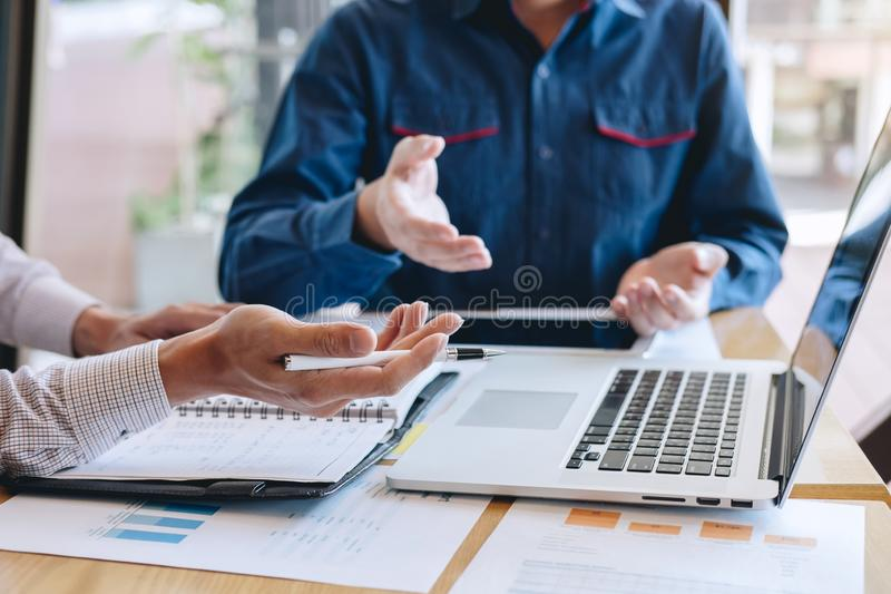 Groep het bureau van het medewerkerwerk samen, bedrijfs toevallig makend gesprek met het project van de partnerpresentatie bij ve royalty-vrije stock afbeelding