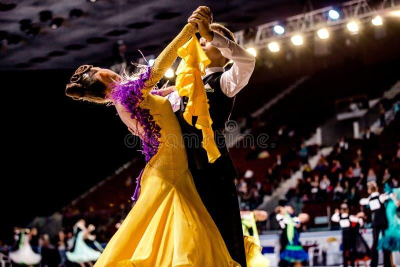 Groep het dansen ballroom dansen van paren het jonge atleten stock foto