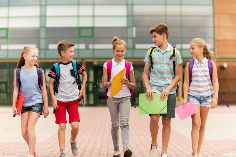 Groep het gelukkige basisschoolstudenten lopen stock fotografie