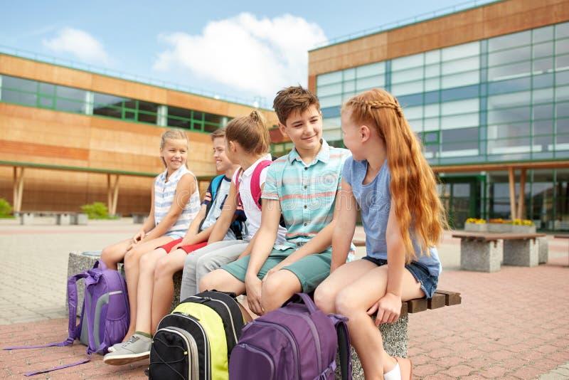 Groep het gelukkige basisschoolstudenten spreken royalty-vrije stock fotografie