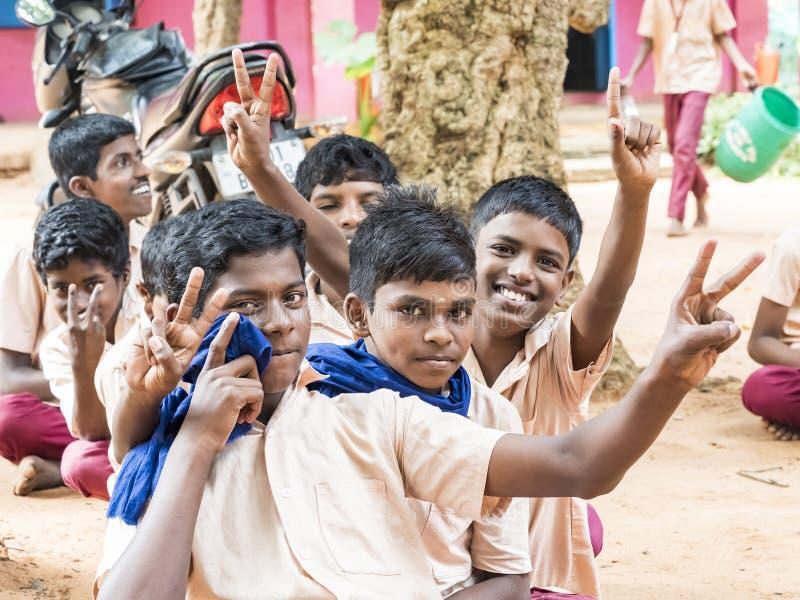 Groep het gelukkige grappige de jongensklasgenoten van kinderenvrienden glimlachen die tonend duim op gebaar bij de school lachen royalty-vrije stock afbeelding