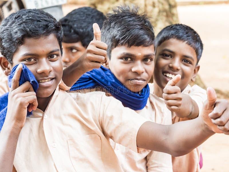 Groep het gelukkige grappige de jongensklasgenoten van kinderenvrienden glimlachen die tonend duim op gebaar bij de school lachen stock foto's