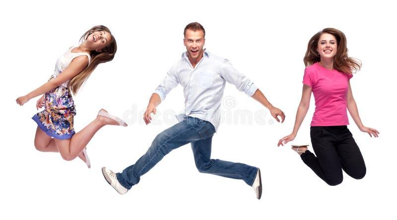 Groep het gelukkige jonge mensen springen stock foto
