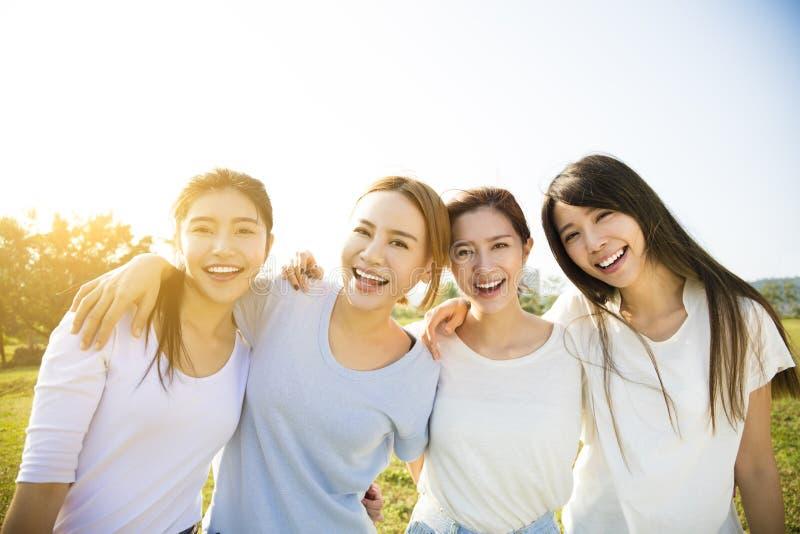 Groep het jonge mooie vrouwen glimlachen royalty-vrije stock afbeelding